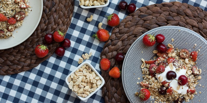foodiesfeed.com_granola-with-cherries
