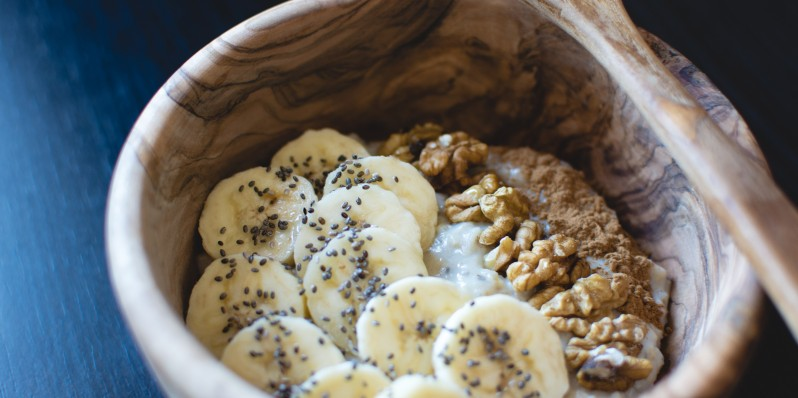 foodiesfeed.com_oatmeal-chia-banana-walnuts50